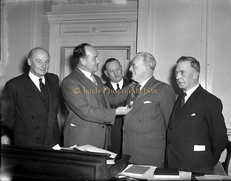 08/03/1954<br /> 03/08/1954<br /> Dublin Chamber of Commerce election of new President at the Commercial Buildings, Dublin. Picture shows Mr. P.J. Loughrey, A.S.A.A., the outgoing President handing over the Chain of Office to the New President Mr. T.F. Laurie.