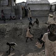 Des enfants de l'ethnie shilluk jouent dans un fossé du camp de protection des civils de la Mission des Nations Unies au Soudan du Sud, la Minuss, de Malakal.