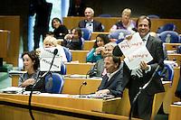 Nederland. Den Haag, 19 september 2007.<br /> Tweede dag algemene politieke beschouwingen in de tweede kamer.<br /> Pechtold en Halsema tonen hun versie van de rijksbegroting, onder embargo uitgereikt met grote letters erdoorheen. Zij tonen Tichelaar dat het onder moeilijke leesomstandigheden mogelijk is om een tegenbegroting te maken.<br /> Foto Martijn Beekman <br /> NIET VOOR TROUW, AD, TELEGRAAF, NRC EN HET PAROOL