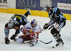 10.12.2010, Keine Sorgen Eisarena, Linz, AUT, EBEL, EHC Liwest Linz vs EC Red Bull Salzburg, im Bild Pat Leahy (Liwest Black Wings,#72) und Manuel Latusa (EC Red Bull Salzburg,#15), EXPA Pictures © 2010, PhotoCredit: EXPA/R.Eisenbauer