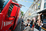 De reclamecaravaan spuit de omstanders nat. In Utrecht is de tweede etappe vanTour de France van start gegaan.<br /> <br /> In Utrecht the second stage of the Tour de France has started