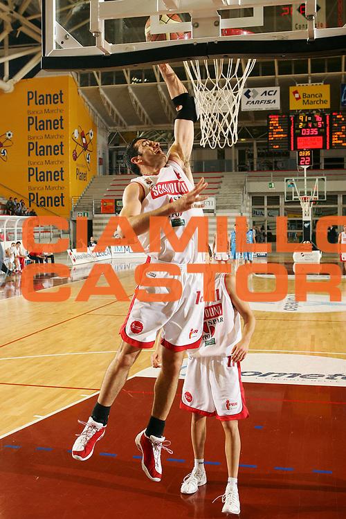 DESCRIZIONE : Ancona Lega B Eccellenza 2005-06 Titolo Italiano Dilettanti Vanoli Soresina Scavolini Spar Pesaro <br /> GIOCATORE : Podesta <br /> SQUADRA : Scavolini Spar Pesaro <br /> EVENTO : Campionato Lega B Eccelenza 2005-2006  Titolo Italiano Dilettanti <br /> GARA : Vanoli Soresina Scavolini Spar Pesaro <br /> DATA : 10/06/2006 <br /> CATEGORIA : Schiacciata <br /> SPORT : Pallacanestro <br /> AUTORE : Agenzia Ciamillo-Castoria/S.Silvestri