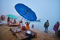 Inde, état d'Uttar Pradesh, Varanasi (Bénarès), fidèles hindous se baignant et priant dans le Gange // Asia, India, Uttar Pradesh, Varanasi (Benares), Ghats on the River Ganges