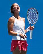 Australian Open 2012, Melbourne Park,ITF Grand Slam Tennis Tournament , Mandy Minella (LUX) schreit ihren Frust heraus,Einzelbild,Ganzkoerper,.Hochformat,