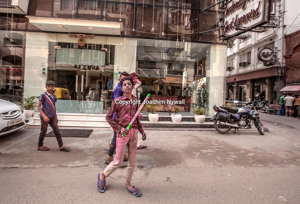 Delhi 2017 03 13 Indien<br /> Holi hinduernas v&aring;rfest eller f&auml;rgfest firas i Paharganj, Delhi India<br /> <br /> <br /> ----<br /> FOTO : JOACHIM NYWALL KOD 0708840825_1<br /> COPYRIGHT JOACHIM NYWALL<br /> <br /> ***BETALBILD***<br /> Redovisas till <br /> NYWALL MEDIA AB<br /> Strandgatan 30<br /> 461 31 Trollh&auml;ttan<br /> Prislista enl BLF , om inget annat avtalas.
