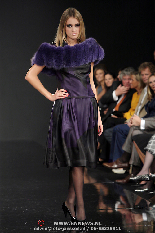 NLD/Amsterdam/20080913 - Modeshow Mart Visser 2008, mannequin op de catwalk