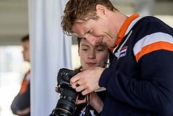 10-05-2017 NED: Persconferentie Nederlands volleybal team mannen 2017, Arnhem<br /> Op Papendal werd de eerste persconferentie gehouden van het Nederlands volleybalteams mannen / Kay van Dijk #12 bekijkt zijn foto's