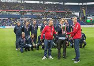 FODBOLD: Alexander Hansen (Snekkersten) får overrakt pokalen for sejren i Seriepokal, i pausen af kampen i ALKA Superligaen mellem Brøndby IF og Lyngby Boldklub den 18. maj 2017 på Brøndby Stadion. Foto: Claus Birch