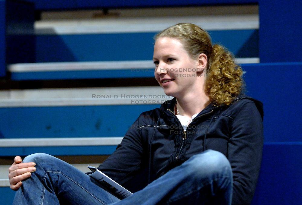 17-01-2007 VOLLEYBAL: CEV CUP: AMVJ - UNIC PIATRA NEAMT: AMSTELVEEN<br /> In een zeer aantrekkelijke wedstrijd ging het Roemeense Unic Piatra Neamt met de zege naar huis 3-2 / Toeschouwer Alice Blom<br /> &copy;2007-WWW.FOTOHOOGENDOORN.NL
