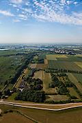 Nederland, Gelderland, Gemeente Brakel, 08-07-2010; Buitenpolder Het Munnikeland (re), gezien naar de Afgedamde Maas. In het kader van het programma Ruimte voor de Rivier zijn er plannen om de polder weer als komgebied te gaan gebruiken voor de opvang van water bij hoge waterstanden. Er komt een nieuwe dijk, rechts van Den Nieuwendijk (links in beeld, met bomen). De Waalkade, onder in beeld, wordt verlaagd. .Polder Munnikenland (r) in the direction of the Afgedamde Maas. Under the program 'space for the river', there are plans to use the polder as retaining basin during high water. A new dike to the right of the existing dike (on the left, with trees) will be constructed. The height of the dike of the river Waal (bottom) will be reduced..luchtfoto (toeslag), aerial photo (additional fee required).foto/photo Siebe Swart