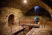 Der Komplex von den unterirdischen Räumen und Gängen stellt eine besonders ausgesuchte Taborer Rarität dar. Das heutzutage oft besuchte Denkmal entstand im 15. Jahrhundert durch die Kellervertiefung (Löcher genannt) unter den einzelnen Häusern im historischen Teil Tábors, in der Altstadt.Die südböhmische Stadt Tabor (deutsch: Tabor) liegt in der Südböhmischen Region der Tschechischen Republik und hat ca. 35.000 Einwohner.<br /> <br /> Tabor wurde als eine Hochburg der Hussitenbewegung bekannt. Im Frühjahr 1420 zogen Anhänger des tschechischen Reformators Jan Hus nach seinem am 6. Juli 1415 in Konstanz erlittenen Feuertod aus der Stadt Sezimovo Usti auf einen nahegelegenen Berg mit der Burg Kotnov.