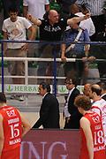 DESCRIZIONE : Siena Lega A 2011-12 Montepaschi Siena EA7 Emporio Armani Milano Finale scudetto gara 5<br /> GIOCATORE : Sergio Scariolo delusione tifosi Siena<br /> CATEGORIA : delusione<br /> SQUADRA : EA7 Emporio Armani Milano<br /> EVENTO : Campionato Lega A 2011-2012 Finale scudetto gara 5<br /> GARA : Montepaschi Siena EA7 Emporio Armani Milano<br /> DATA : 17/06/2012<br /> SPORT : Pallacanestro <br /> AUTORE : Agenzia Ciamillo-Castoria/MatteoMarchi<br /> Galleria : Lega Basket A 2011-2012  <br /> Fotonotizia : Siena Lega A 2011-12 Montepaschi Siena EA7 Emporio Armani Milano Finale scudetto gara 5<br /> Predefinita :