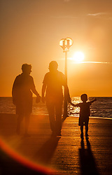 THEMENBILD - URLAUB IN KROATIEN, eine Touristen Familie mit Kind spazieren entlang der Strand Promenade bei Sonnenuntergang, aufgenommen am 03.07.2014 in Porec, Kroatien // a tourist family with child walks along the beach promenade at sunset at Porec, Croatia on 2014/07/03. EXPA Pictures © 2014, PhotoCredit: EXPA/ JFK