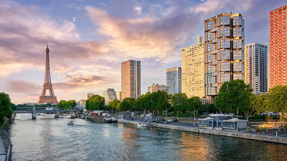 Hochhäuser der Front de Seine und Eiffelturm in Paris.