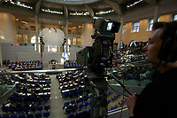 17 OCT 2003, BERLIN/GERMANY:<br /> Uebersicht, Plenum, Deutscher Bundestag<br /> IMAGE: 20031017-01-041<br /> KEYWORDS: Übersicht, Uebersicht, Plenum, Plenarsaal, Saal, Bundesadler, Adler, Reichstag, Kamera, Camera, Kameramann