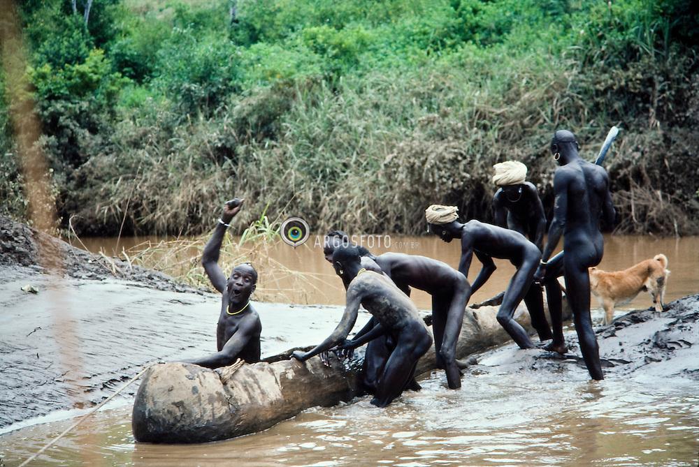 Integrantes de uma tribo etiope. Tribos ao longo do Rio Omo na Etiopia, nordeste da Africa (Regiao chamada Chifre da Africa) / Ethiopian tribe members. Ethnic group from Ethiopia, along of the Omo River, northeast os Africa (region called Horn of Africa)