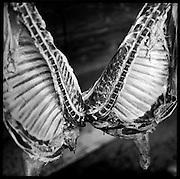 Störmetzgerei auf der Alp zum Eigengebrauch. Jahrhundertelang üblich erfolgte in der Berglandwirtschaft die Metzgerei auf dem Hof in der freien Luft an einem windgeschützten Ort. © Romano P. Riedo