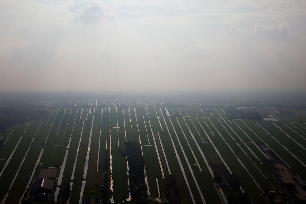 Nederland, Zuid-Holland, Zegveld, 19-09-2009; Omgeving Bodegraven, Groene Hart, met verkaveling van het veenweidegebied in de mist en nevel; de parallelle sloten zorgden (en zorgen) voor de ontwatering.Green Heart, with plots of the peatland area in the fog and mist, the parallel ditches are for the drainage.luchtfoto (toeslag), aerial photo (additional fee required).foto/photo Siebe Swart