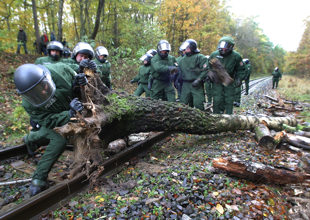 Deutschland, Hitzacker, 2006-10-12, Polizisten räumen kurz vor Ankunft eines Castortransportes eine Barrikade von den Gleisen. (Policemen clear a barricade off the railway, which blocks a nuclear waste transport.)