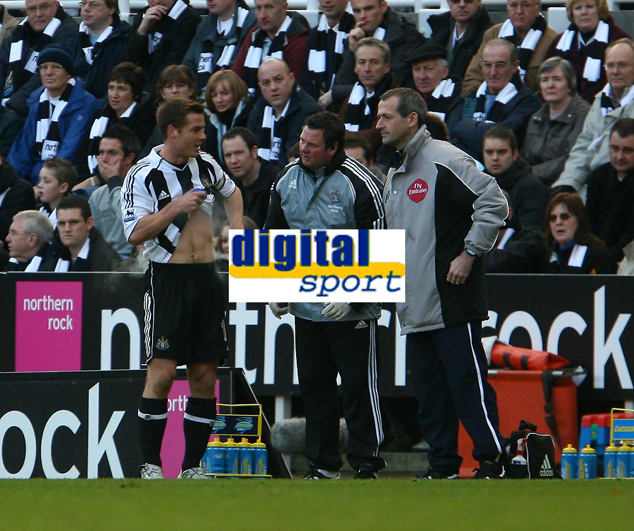 Photo: Andrew Unwin.<br /> Newcastle United v Portsmouth. The Barclays Premiership. 26/11/2006.<br /> Newcastle's Scott Parker (L) treats himself at the side of the pitch.