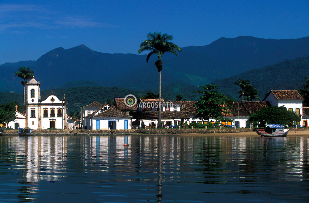 Parati, RJ, Brasil - 07/02/04.Centro historico de Parati e Igreja de Sta Rita, vista do cais. Serra do Mar ao fundo. / Historic centre of Paraty, Church of Santa Rita seem from the wharf. Mountain Range in the back..Foto © Marcos Issa/ Ag.Argosfoto.
