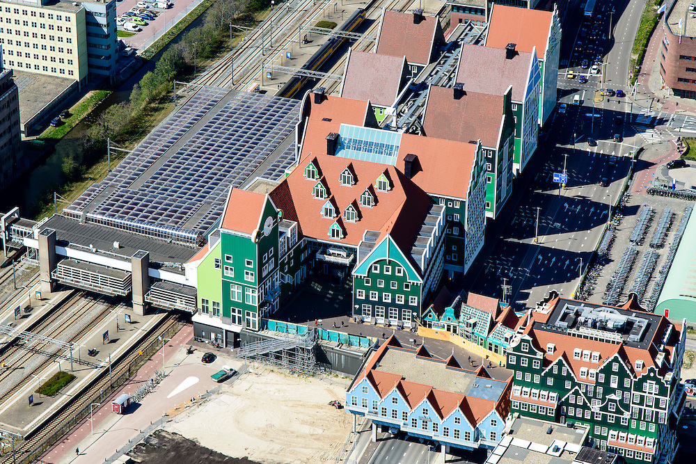 Nederland, Noord-Holland, Zaandam, 20-04-2015; Inverdan, nieuwe stadscentrum Zaandam, masterplan Sjoerd Soeters. Station en Stadhuis. Het Zaanse huisjeshotel (rechtsonder) - Inntel Hotel - is een ontwerp Wilfried van Winden.<br /> New center of the city of Zaandam, developed according to the master plan by architect Sjoerd Soeters. Train station and city hall. The hotel built in a postmodern version of the style of the historic houses of Zaandam - Inntel Hotel - was designed by Wilfried van Winden.<br /> luchtfoto (toeslag op standard tarieven);<br /> aerial photo (additional fee required);<br /> copyright foto/photo Siebe Swart