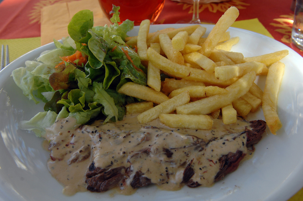 Food, steak, schips, salad, cafe, Avignon, Southern France, Tuesday, September 25, 2007. Credit:SNPA / Ross Setford