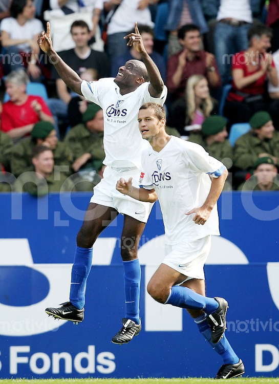 Fussball  1. Bundesliga Saison 2004/2005  4. Spieltag VfL Bochum - Borussia Dortmund          Raymond KALLA (li) bejubelt seinen Treffer zum 1:0. Vratislav LOKVENC (re, beide Bochum) freut sich mit