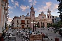 CATEDRAL (MHN Monumento Histórico Nacional), PALACIO EPISCOPAL Y PLAZA 9 DE JULIO AL ATARDECER, CIUDAD DE SALTA, PROV. DE SALTA, ARGENTINA