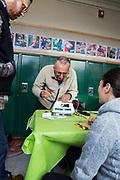 Volontärer hjälps åt att laga ett strykjärn på Repair Café i Portland.