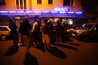 Feature WM          Argentinische Fans verfolgen im ueberfuellten Cafe Sur in der koelner Suedstadt die Partie Argentinien gegen Holland.