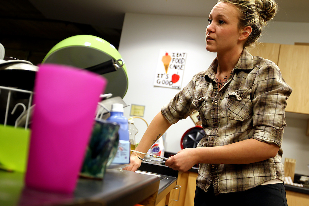 3/7/11 6:29:51 PM -- Minneapolis, MN, U.S.A.Kayla Forsythe, 21, of Mankato, MN, washes dishes in the common area of the women's flat in StepUP housing at Augsburg College in downtown Minneapolis March 7, 2011.  .---.Photo by Courtney Perry, Freelance.