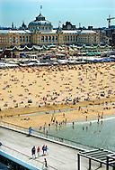 Badgasten genieten van het mooie weer in Scheveningen. Voor het aankomende weekend worden tropische temperaturen verwacht.