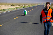 De kwalificatie op maandagochtend. In Battle Mountain (Nevada) wordt ieder jaar de World Human Powered Speed Challenge gehouden. Tijdens deze wedstrijd wordt geprobeerd zo hard mogelijk te fietsen op pure menskracht. De deelnemers bestaan zowel uit teams van universiteiten als uit hobbyisten. Met de gestroomlijnde fietsen willen ze laten zien wat mogelijk is met menskracht.<br /> <br /> Qualifications on Monday. In Battle Mountain (Nevada) each year the World Human Powered Speed ​​Challenge is held. During this race they try to ride on pure manpower as hard as possible.The participants consist of both teams from universities and from hobbyists. With the sleek bikes they want to show what is possible with human power.