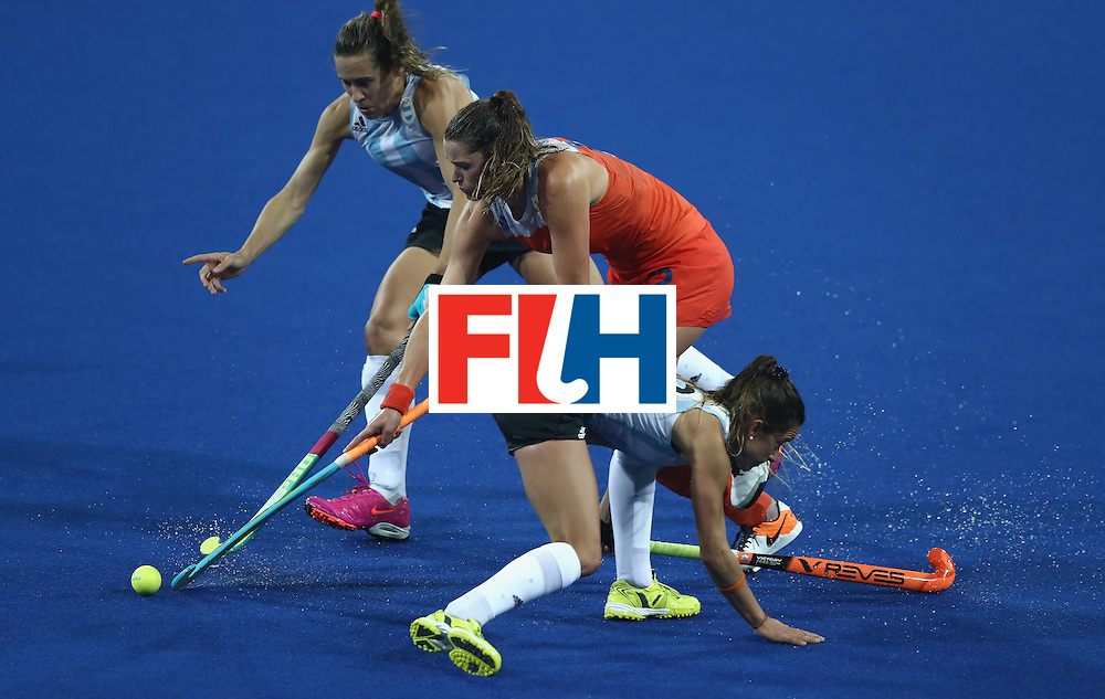 RIO DE JANEIRO, BRAZIL - AUGUST 15:  Lidewij Welten of the Netherlands charges upfield during the Women's quarter final hockey match between the Netherlands and Argentina on Day10 of the Rio 2016 Olympic Games held at the Olympic Hockey Centre on August 15, 2016 in Rio de Janeiro, Brazil.  (Photo by David Rogers/Getty Images)