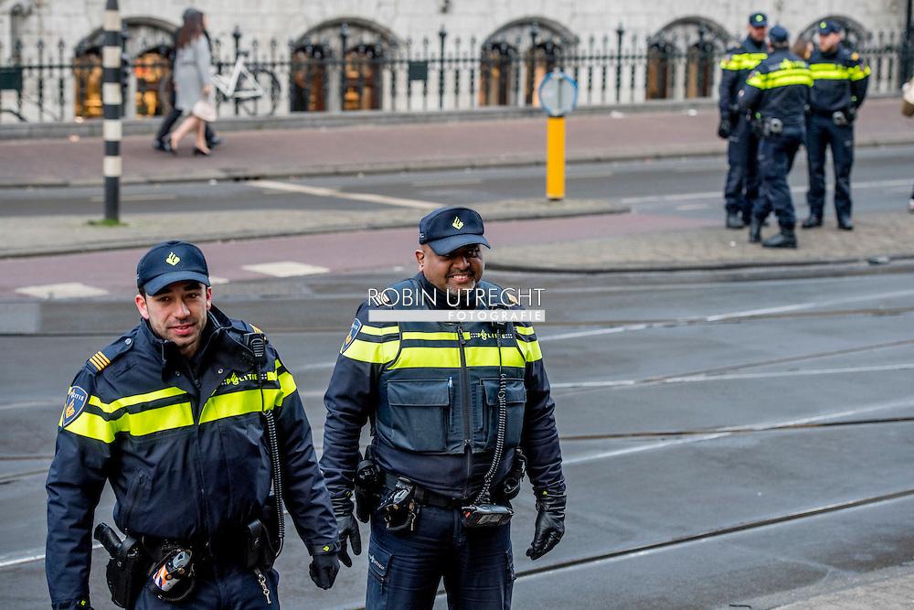 AMSTERDAM - politie agent , politie agenten op straat in amsterdam , camera , bodycam , wapen , dienstwapen , controle , agent   agenten   Bewaken   bewapend   Boeien   hand   Handschoen   handschoenen   pistool   politie  , agent   agenten   amsterdam   beveiligen   Bewaken   Lopen   Mensen   Openbaar   politie   Straat   STRAATBEELD   Tenue   tram   uniform   Verkeer   Vervoer  Wapen ROBIN UTRECHT