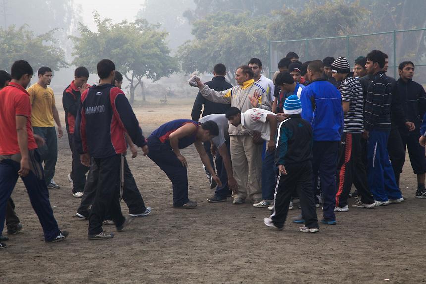 Les élèves de Bhiwani Boxing Club, terminé l'entraînement, saluent le coach en lui touchant les pieds, geste symbolique utilisé en Inde pour saluer les dieux