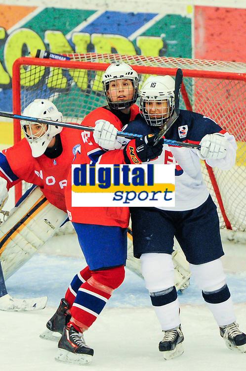 BILDET INNGÅR IKEK I FASTAVTALER. ALL NEDLASTING BLIR FAKTURERT.<br /> <br /> Ishockey<br /> VM kvinner<br /> Norge<br /> Foto: imago/Digitalsport<br /> NORWAY ONLY<br /> <br /> DK, IIHF WW DivIA 2016, Norwegen (NOR) vs Slowakei (SVK) 31.03.2016, Gigantium Arena, Aalborg, DK, IIHF WW DivIA 2016, Norwegen (NOR) vs Slowakei (SVK), im Bild Silje HOLØS ( 16, NOR), Lenka SROKOVA ( 10, SVK)