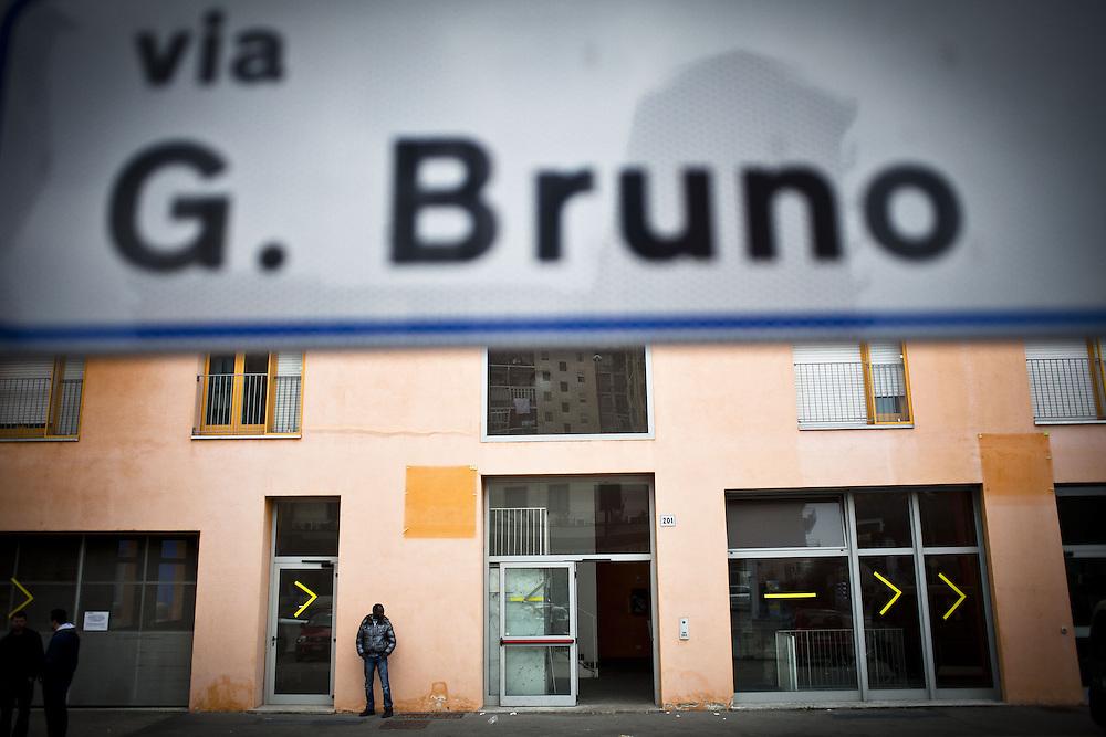 Ingresso delle ex palazzine olimpiche occupate. In alto campeggia il cartello col nome della via dove sorgono: via Giordano Bruno