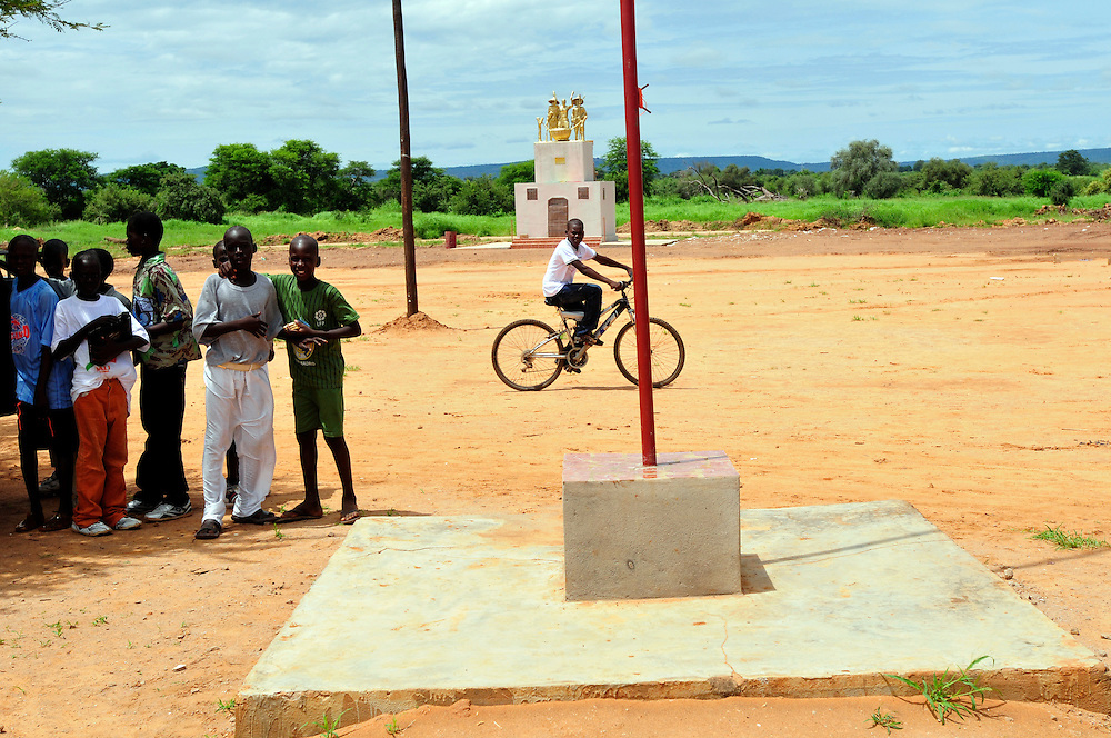 Le monument dedié aux resistants de colonisation français et la bataille à Logo Sabouciré le 22 septembre 1878..Logo Sabouciré, Mali. 10/09/2010..Photo © J.B. Russell