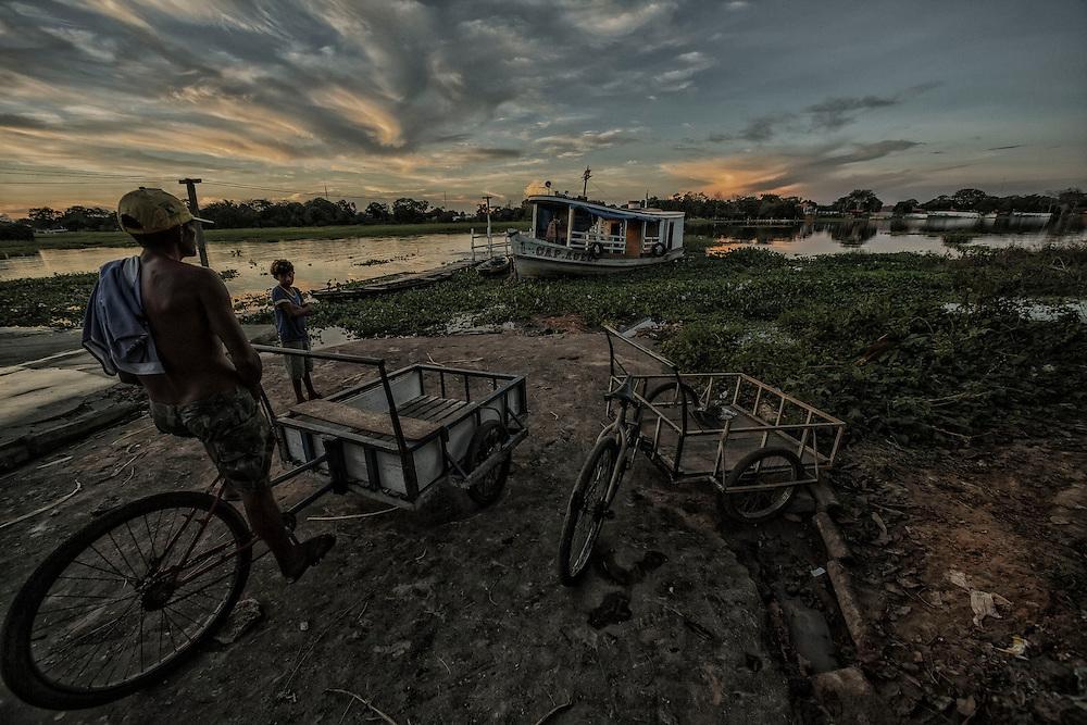 Brazil, Amazonas, Parintins. Situee au cœur de l'Amazonie a 400 km au sud-est de Manaus, Parintins petite ile de pecheurs et d'eleveurs de boeuf, attire chaque annee a la fin du mois de juin plusieurs dizaines de milliers de personnes venus de tout le pays pour une des fetes les plus spectaculaires du Brésil : Le Boi-Bumba, le carnaval amazonien. A l'issue du 43eme festival, les bleus sont vainqueurs pour la deuxieme annee consecutive .