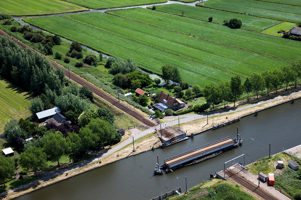 Nederland, Zuid-Holland, Arkel, 12-06-2009; Merwede kanaal met geopende spoorbrug in de spoorlijn Gorinchem-Tiel (de Betuwelijn).Swart Collection, aerial photo (additional fee required).foto Siebe Swart / photo Siebe Swart