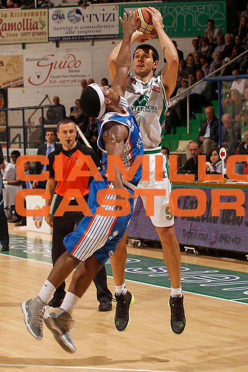 DESCRIZIONE : Siena Lega A 2010-11 Montepaschi Siena Enel Brindisi<br /> GIOCATORE : Marco Carraretto<br /> SQUADRA : Montepaschi Siena<br /> EVENTO : Campionato Lega A 2010-2011<br /> GARA : Montepaschi Siena Enel Brindisi<br /> DATA : 20/04/2011<br /> CATEGORIA : tiro<br /> SPORT : Pallacanestro<br /> AUTORE : Agenzia Ciamillo-Castoria/P. Lazzeroni<br /> Galleria : Lega Basket A 2010-2011<br /> Fotonotizia : Siena Lega A 2010-11 Montepaschi Siena Enel Brindisi<br /> Predefinita :