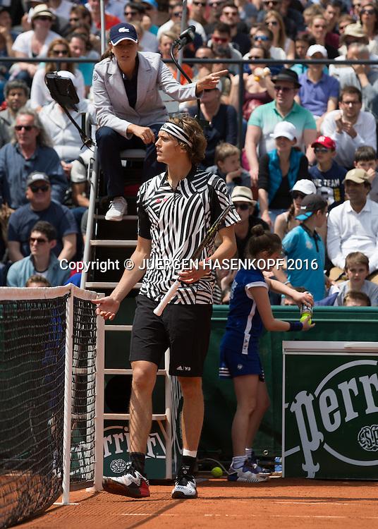 Alexander Zverev (GER) argumentiert, diskutiert mit der Stuhlschiedsrichterin,<br /> <br /> Tennis - French Open 2016 - Grand Slam ITF / ATP / WTA -  Roland Garros - Paris -  - France  - 25 May 2016.