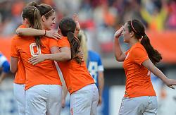 20-05-2015 NED: Nederland - Estland vrouwen, Rotterdam<br /> Oefeninterland Nederlands vrouwenelftal tegen Estland. Dit is een 'uitzwaaiwedstrijd'; het is de laatste wedstrijd die de Nederlandse vrouwen spelen in Nederland, voorafgaand aan het WK damesvoetbal 2015 / Daniëlle van de Donk #11 scoort de 3-0, Vanity Lewerissa #7, Tessel Middag #6
