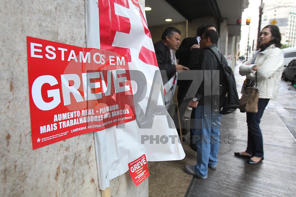 SAO PAULO, SP, 19/09/2013, GREVE BANCARIOS. Os bancarios entraram em grve nessa quinta-feira (19), varias agencias da regiao central de Sao Paulo, amanheceram com faixas, impedindo o acesso de funcionarios. A reivindicacao  e a melhoria dos salarios. LUIZ GUARNIERI/BRAZIL PHOTO PRESS.