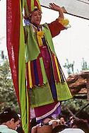 chamnic dance///danse des chaman///danse des couteaux///knife dance///Gut chamanist ceremony ///show  in a park, Knife dance  Seoul  Korea    ///Gut ( cérémonie chamaniste) ///spectacle en public, la danse des couteaux  Seoul  Corée  ///R20134/    L0006958  /  P105153///Certains rituels chamaniques spectaculaires, comme ce chaktu geori, rituel des Généraux célestes, pendant lequel la chamane démontre son pouvoir sur le métal en dansant sur un hache-paille, se prêtent bien à l'industrie touristique coréenne. Replacés dans leur contexte spirituel, ils n'en restent pas moins parfaitement authentiques.