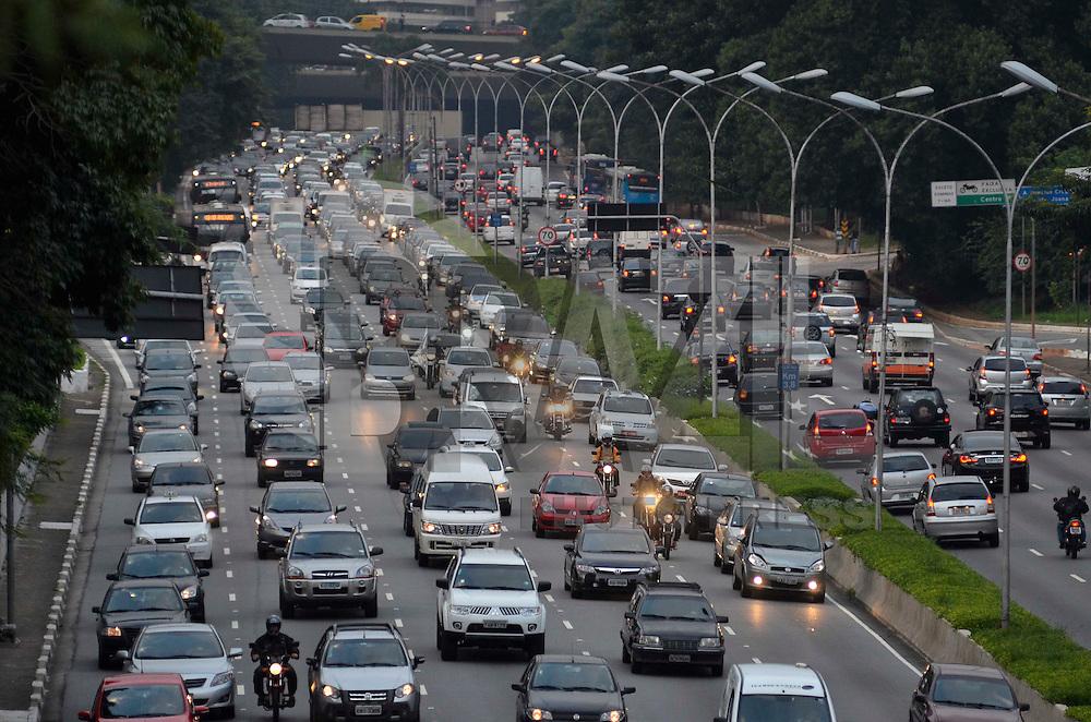 SAO PAULO, SP, 09 DE ABRIL DE 2013 - TRÂNSITO SÃO PAULO - Trânsito na Avenida 23 de Maio, sentido Interlagos, próximo ao próximo ao Parque do Ibirapuera, na zona sul de São Paulo na tarde desta terça-feira (09). FOTO: LEVI BIANCO - BRAZIL PHOTO PRESS