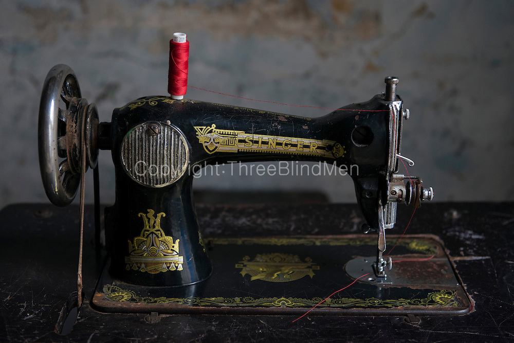 Old Singer sewing machine. Tailors table, on Kathiresan Street, Pettah. Colombo.