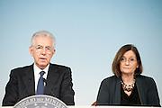 2013/04/10 Roma, conferenza stampa a margine del Consiglio dei Ministri n. 46. Nella foto Mario Monti, Elisabetta Olivi.<br /> Rome, Cabinet Meeting no. 46 press conference. In the picture Mario Monti, Elisabetta Olivi - &copy; PIERPAOLO SCAVUZZO